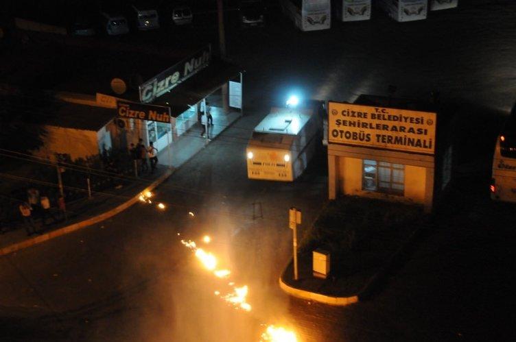 Şırnak'ta PKK'lılar sokakları ateşe verdiler