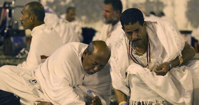 Hacılar Arafat'tan Müzdelife'ye doğru yola çıktı