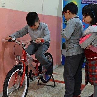 Öğrenciler enerjilerini 'elektriğe' dönüştürüyor