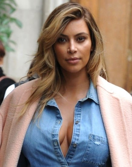 Derin dekolteli anne Kardashian