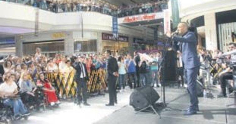 Sevilen sanatçıdan AVM konseri
