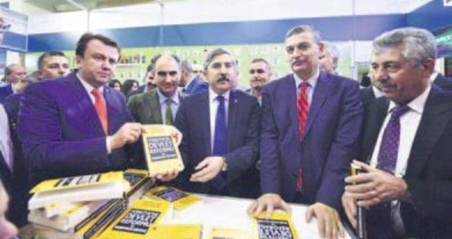 """Hüseyin Yayman, """"Başkanlık Sistemi"""" kitabını imzaladı"""
