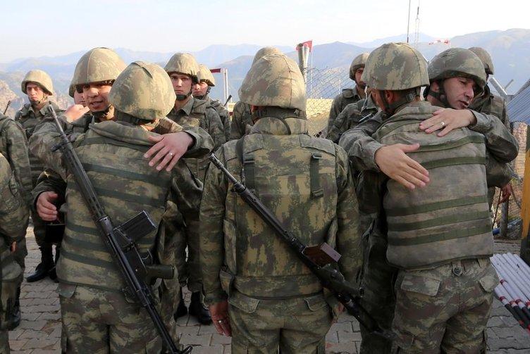 Mehmetçik sınırda böyle bayramlaştı