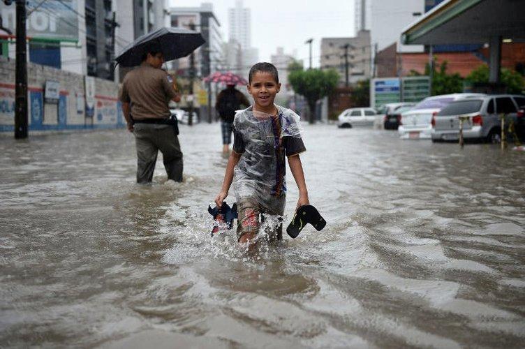 Güney Amerika'yı sel vurdu