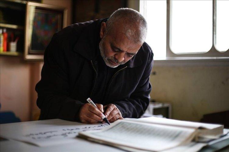 Gazzeli hattat büyük boy Kur'an yazıyor!