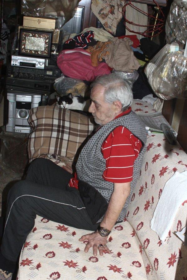 Ebru yalıda babası eskicide yaşıyor