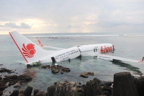 Pistten çıkan yolcu uçağı denize düştü