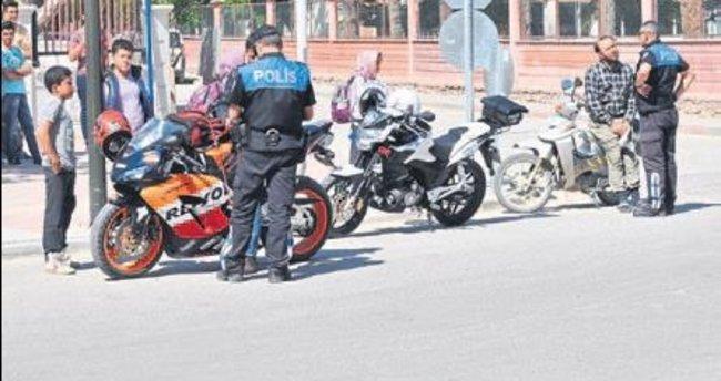 Kaldırıma bırakılan motosikletlere ceza