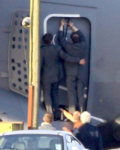 Ünlü aktör uçakta asılı kaldı