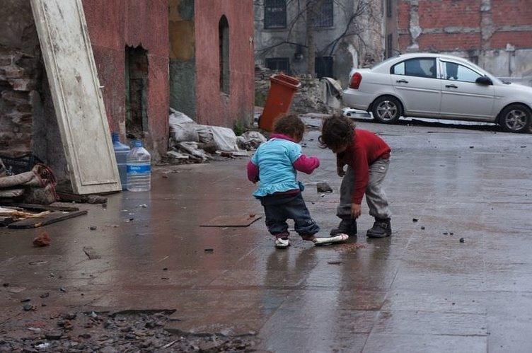 Fatih'te 2 katlı bina çöktü