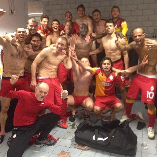 Galatasaraylı futbolcular zaferi doyasıya kutladılar