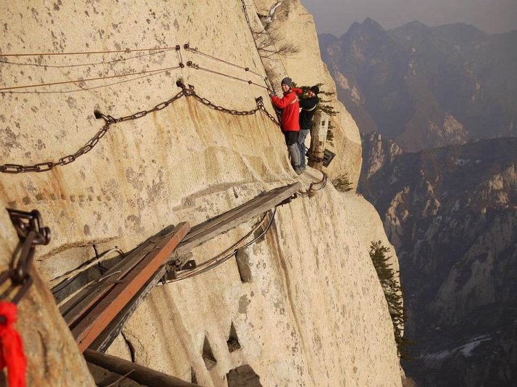 Turist çeken zorlu yollar