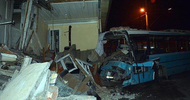 Karabük'te halk otobüsü eve girdi: 6 yaralı