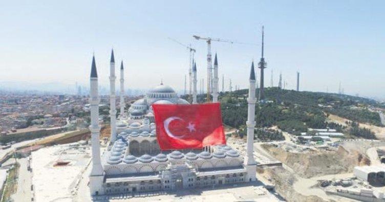 Çamlıca'ya 1453 metrekarelik bayrak