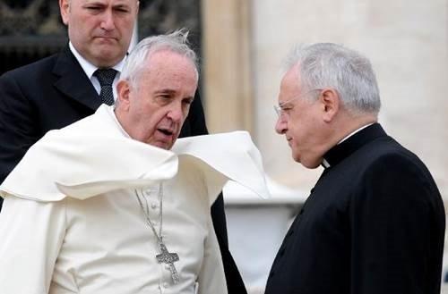 Papa rüzgarın azizliğine uğradı