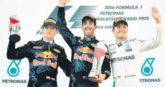 Malezya'da sürpriz! Kazanan Ricciardo