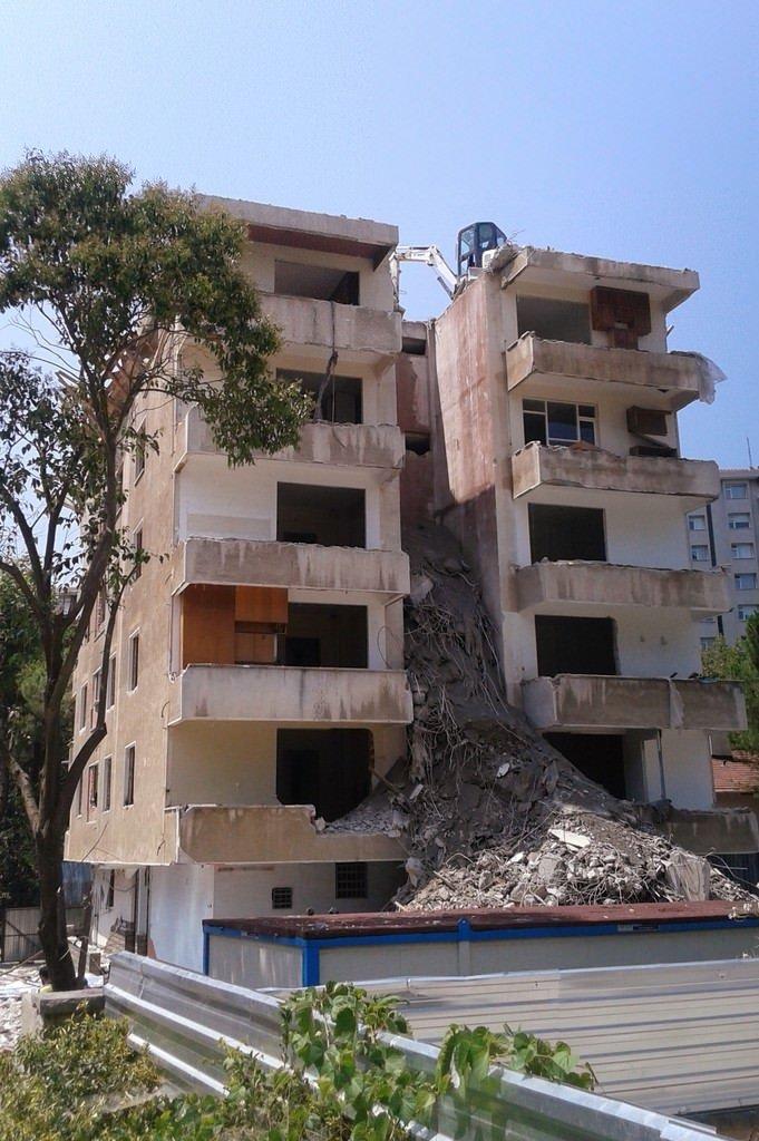 Binadan kopan beton parçasından yatak korudu