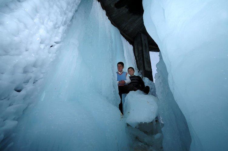 Çocukların buz kulesi keyfi