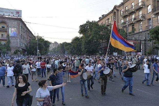 Ermenistan ayakta!