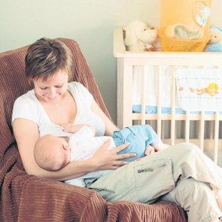 Bebek her öğünde tek göğüste emzirilmeli