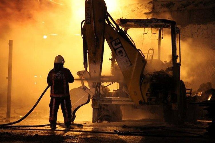 Fatih'te iş makinesi alev alev yandı