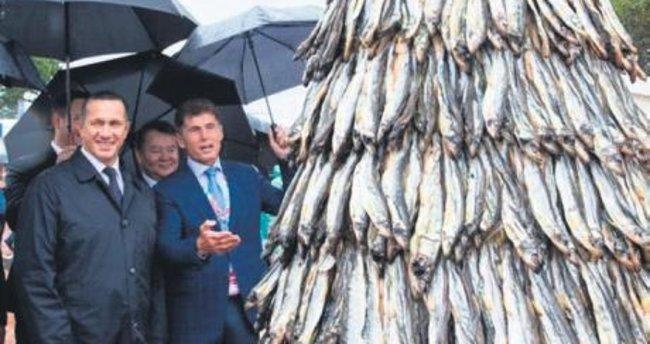 Rusya'dan yeni rekor: Balıktan yılbaşı çamı