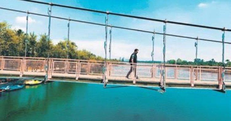 'James Bond'un düştüğü köprüde klip çekti