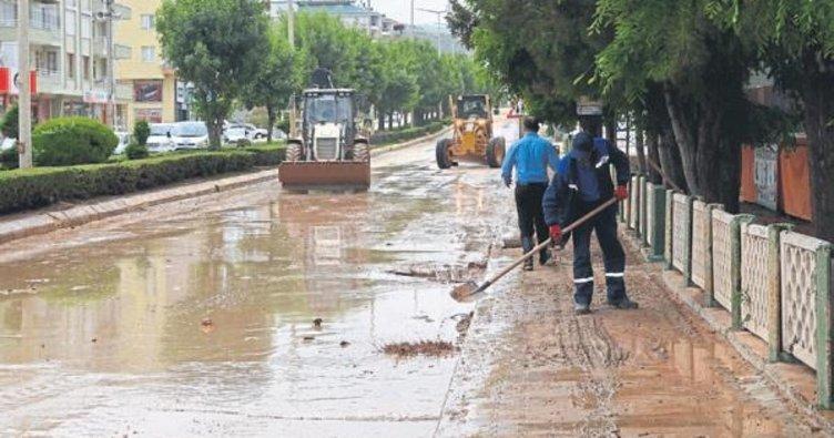 Sel Elmalı'daki evlerde büyük zarara yol açtı