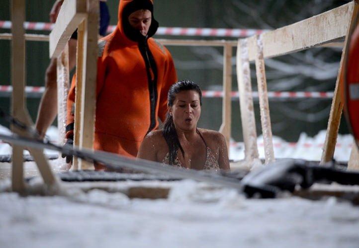 -25 derecede buzlu suya girdiler