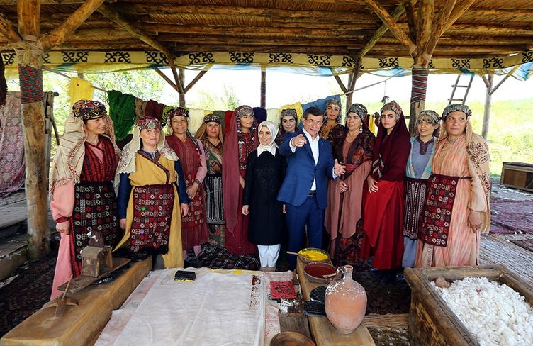 Davutoğlu'ndan 'Diriliş Ertuğrul'un setine ziyaret