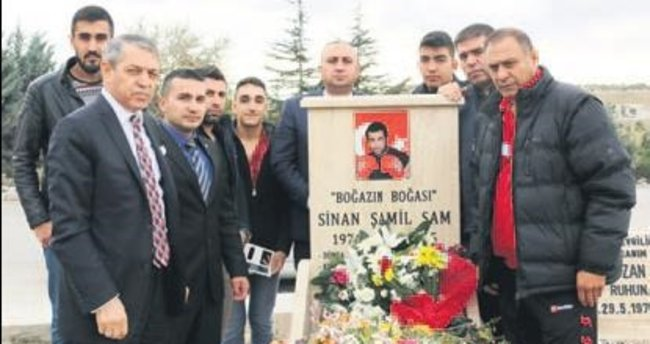 Sinan Şamil Sam'a kabri başında anma