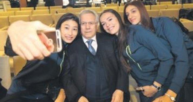 Başkan: Seni evlendirelim Kim: Uzun boylu olsun
