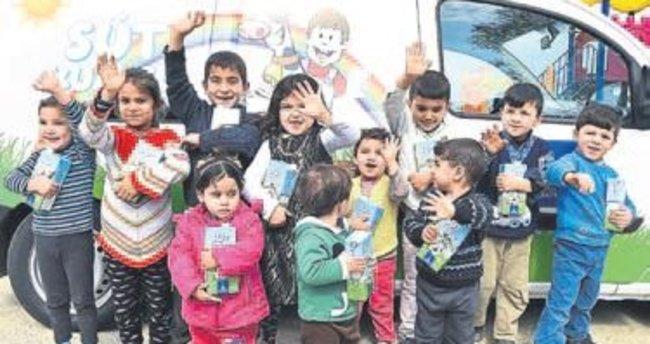 Suriyeli çocuklara süt dağıtımı başladı