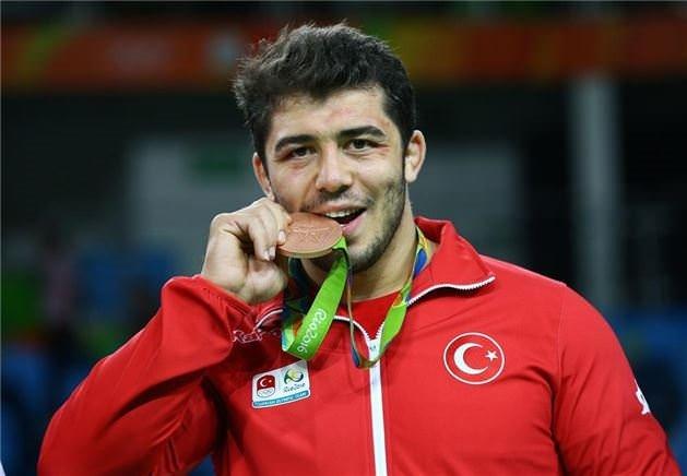 Sporcular madalyalarını neden ısırıyor?