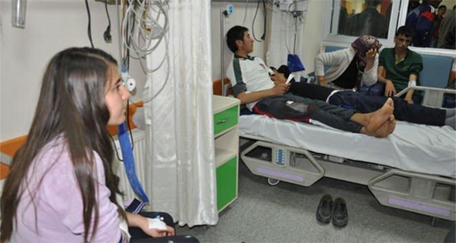 Öğrenci servisi otomobille çarpıştı: 15 yaralı!