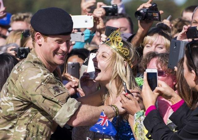 Genç kız Prens Harry'nin dudaklarına yapıştı