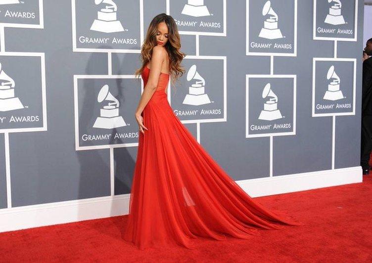 Rihanna kırmızı halıyı yaktı