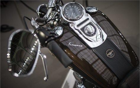 Papa motosikletini sattı