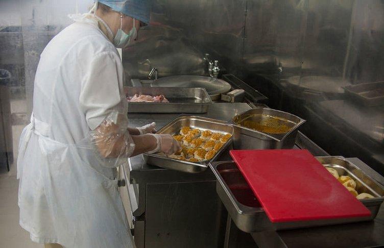 Uçakta verilen yemekler bakın nasıl hazırlanıyor?