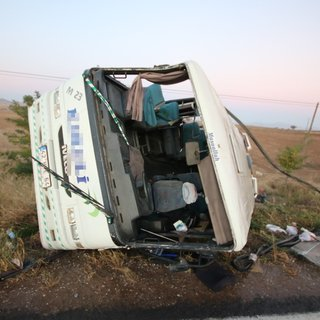 Yolcu midibüsü devrildi: 27 yaralı