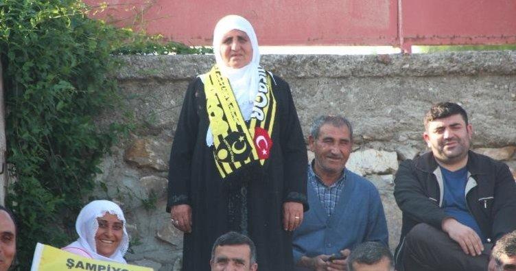 70 yaşındaki kadın taraftara madalya