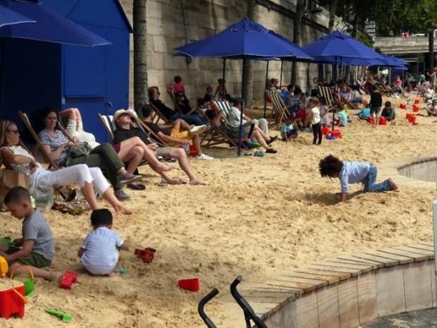 Tatile gidemeyenler Paris'i plaja çevirdi