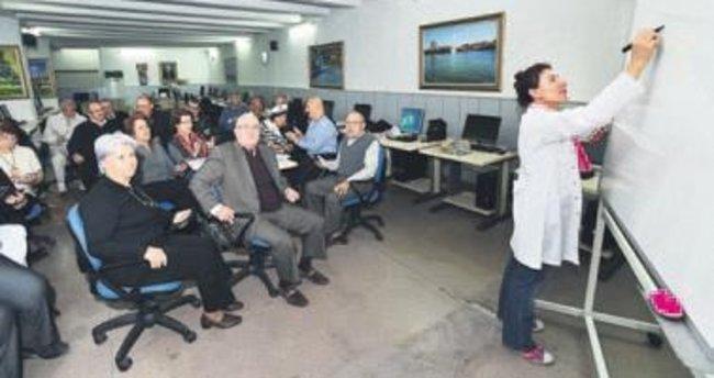 Yaşlılara sosyal medya-internet eğitimi veriliyor
