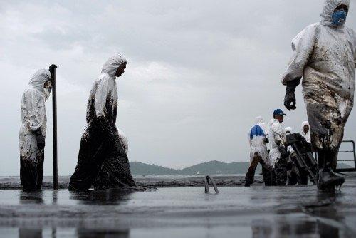 Tonlarca petrol denize aktı