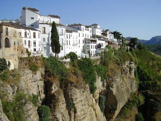Uçurum kenarındaki evler