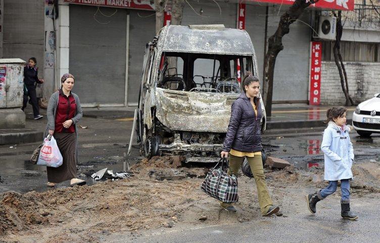 Diyarbakır Bağlar'da PKK'lılar araçları ateşe verdi!