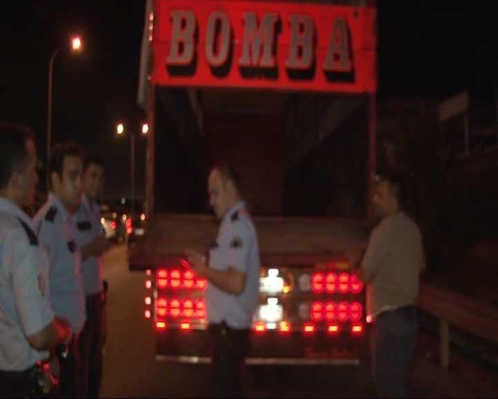 Kasasında bomba yazan kamyon paniğe yol açtı