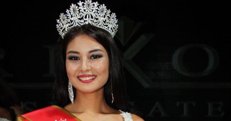 Kazak güzel Kemer'de kraliçe seçildi