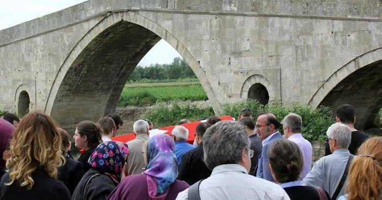 Tarihi köprü altında cenaze töreni