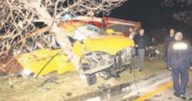 Ticari taksi ağaca çarptı: 2 yaralı